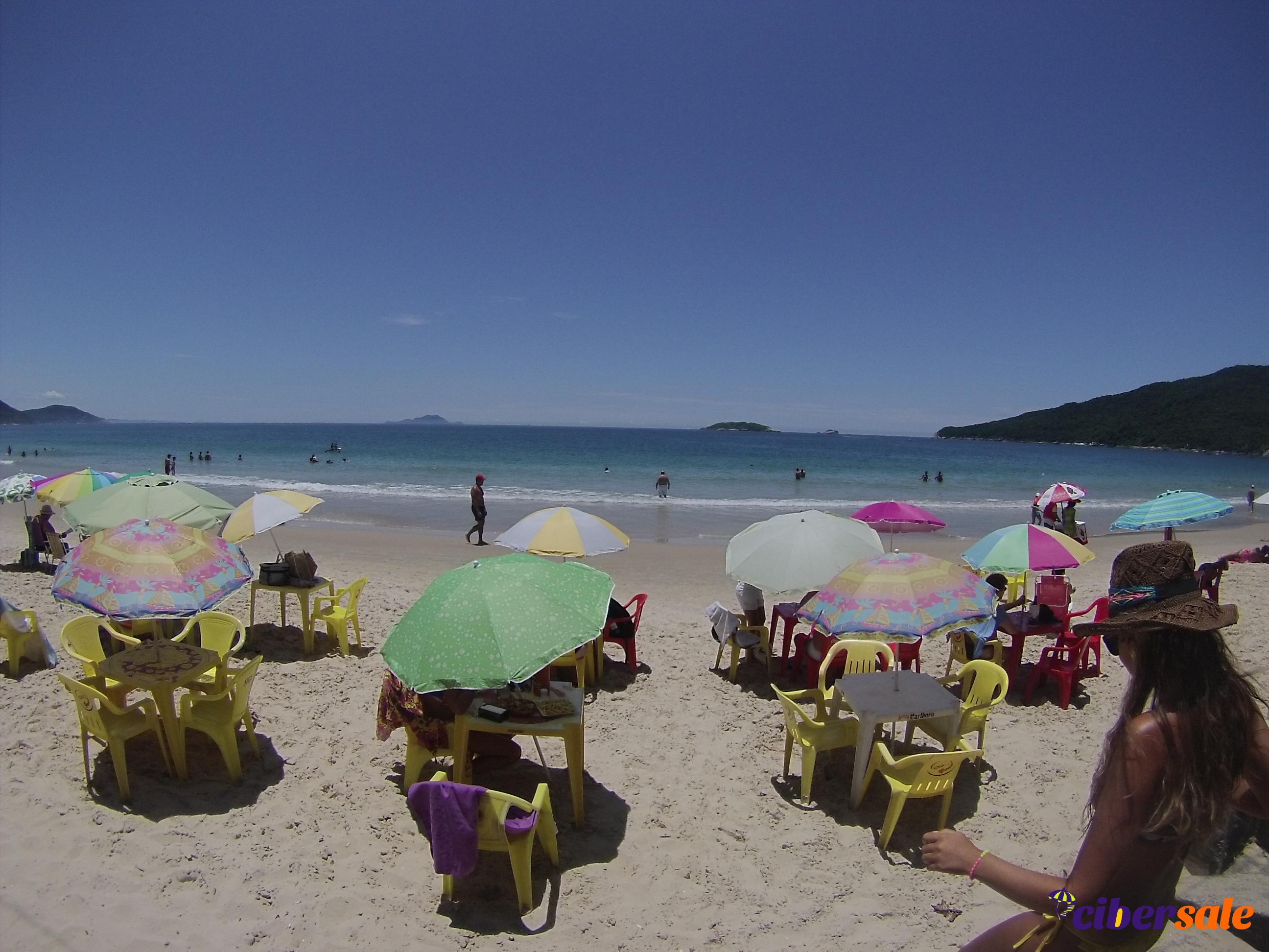 Verano en playa de los Ingleses al norte de la isla de Florianópolis